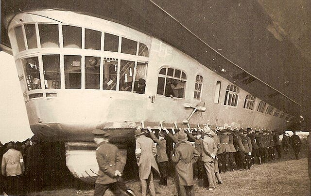 A large team of people holding down the Zeppelin in 1930 (Wikipedia)