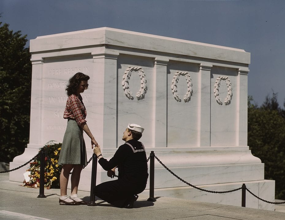 Sailor proposes to girlfriend at Tomb of the Unknown in 1943 (Library of Congress)