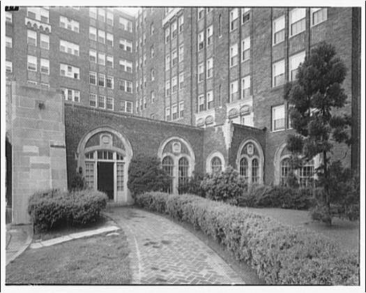 Grounds of The Westchester Apartments by Theodor Horydczak in 1947 (Library of Congress)