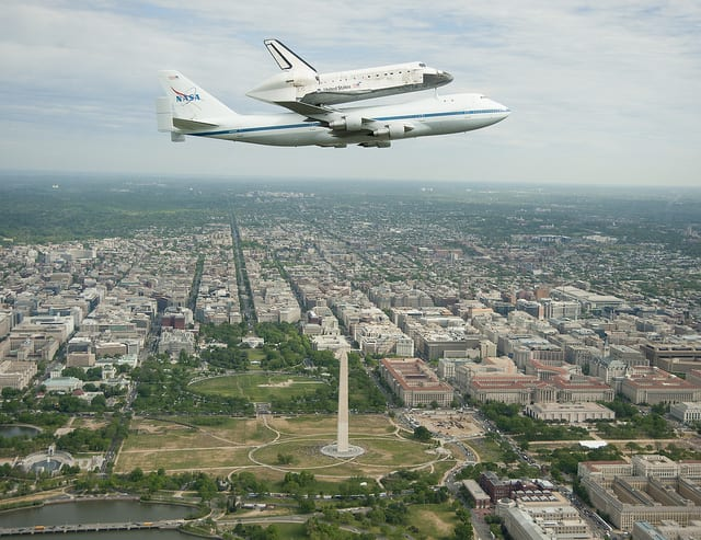 Space Shuttle Discover in flight over Washington (Flickr user nasahqphoto)