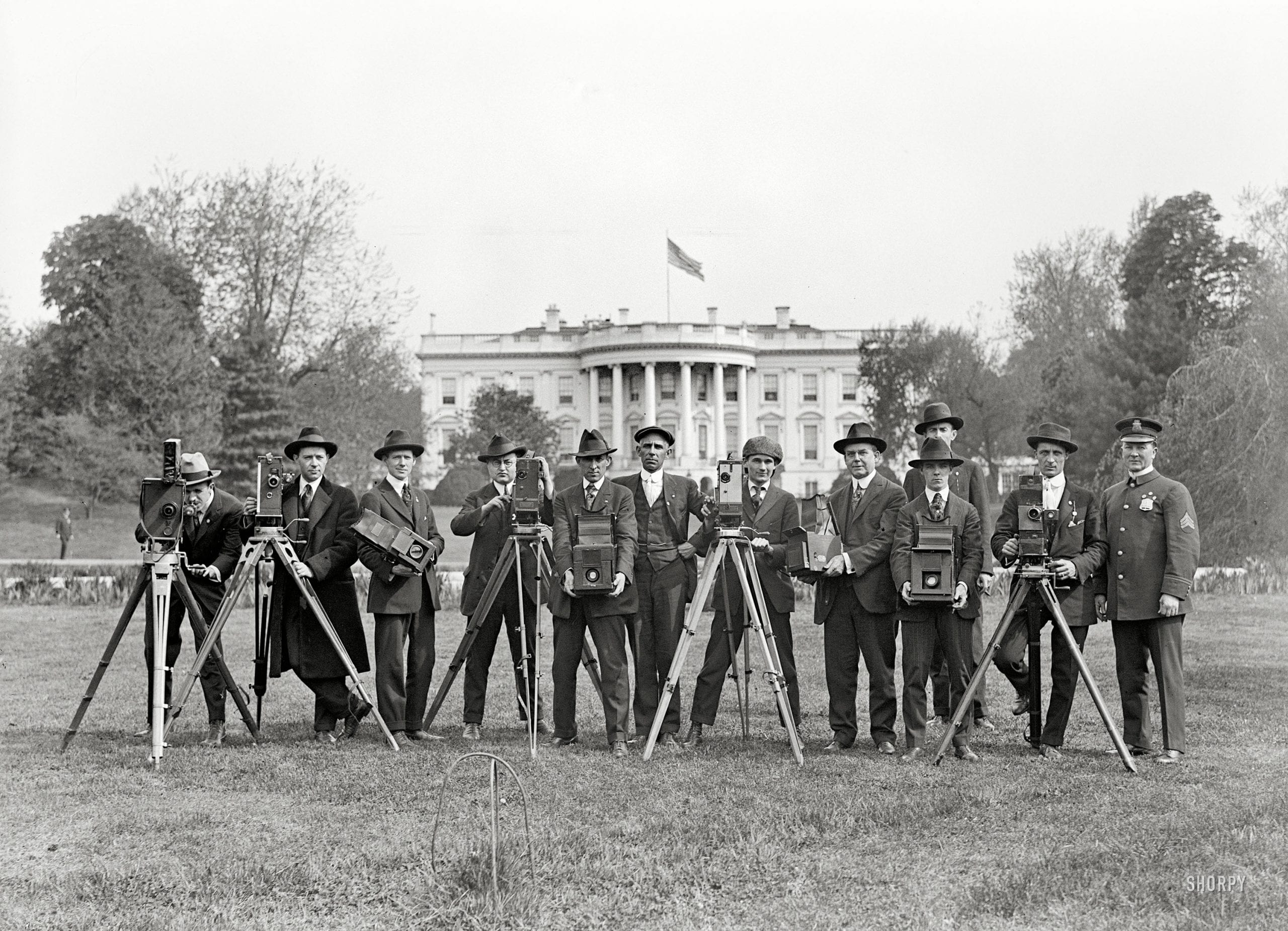 press correspondents and photographers on the White House lawn - 1918