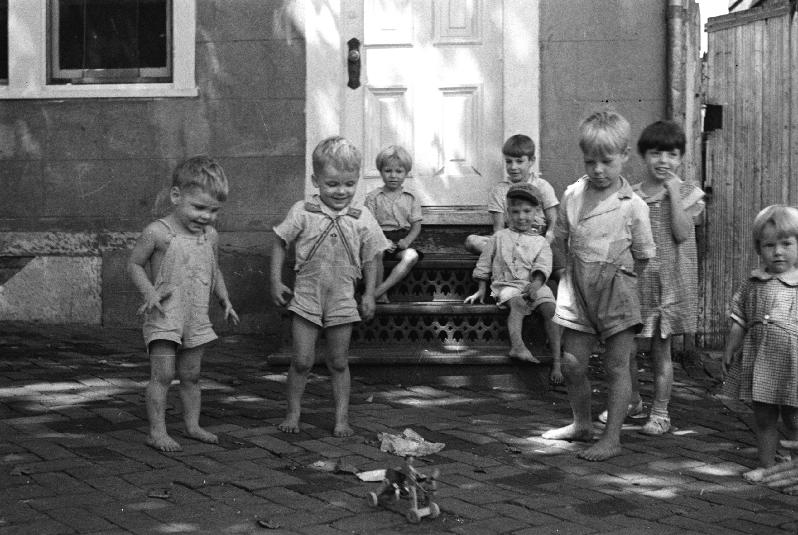 poor children in Georgetown, playing on the street (1935)