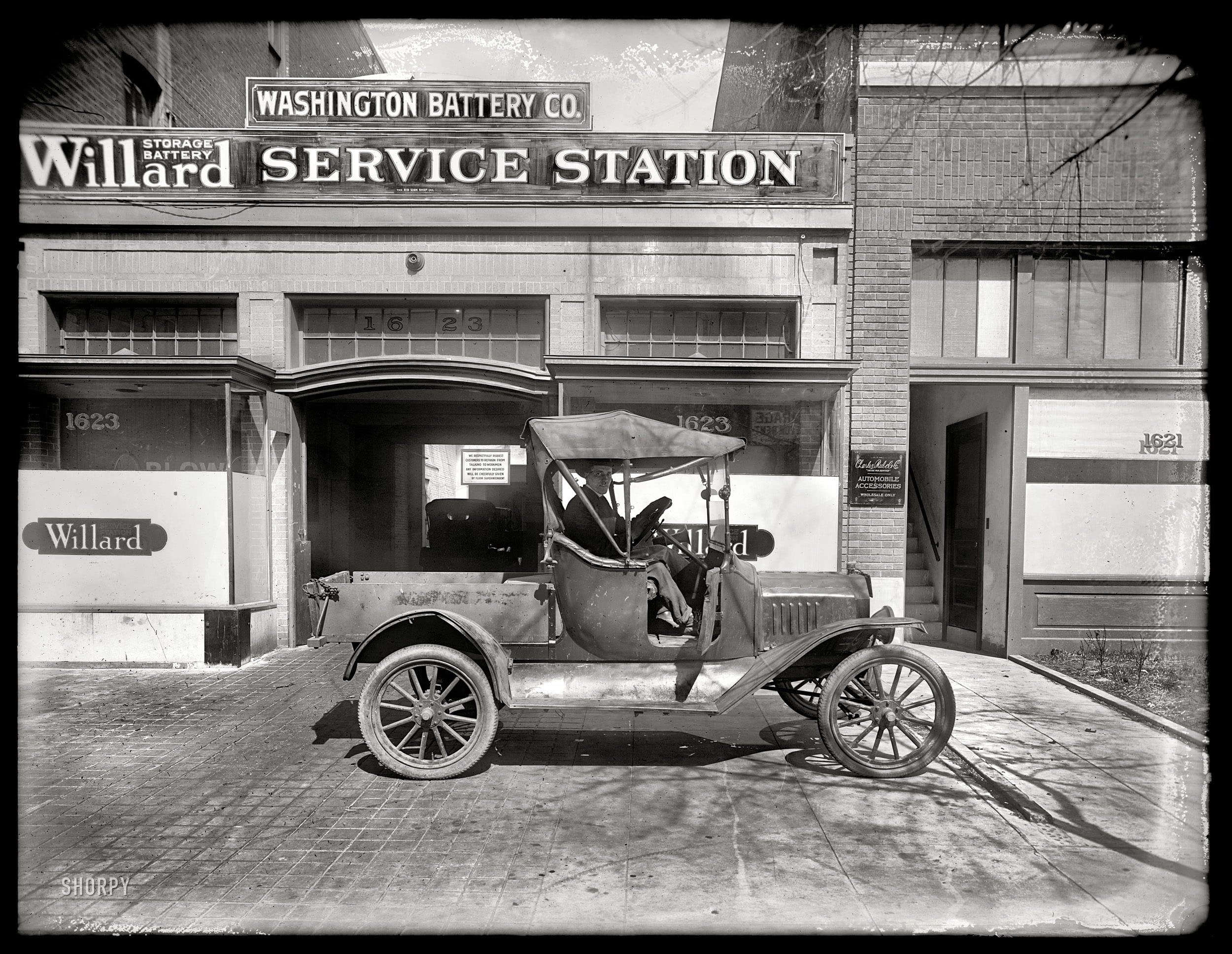 """Washington, D.C., circa 1919. """"Washington Battery Co., L Street."""" We saw the garage earlier in this post. National Photo Co. glass negative."""