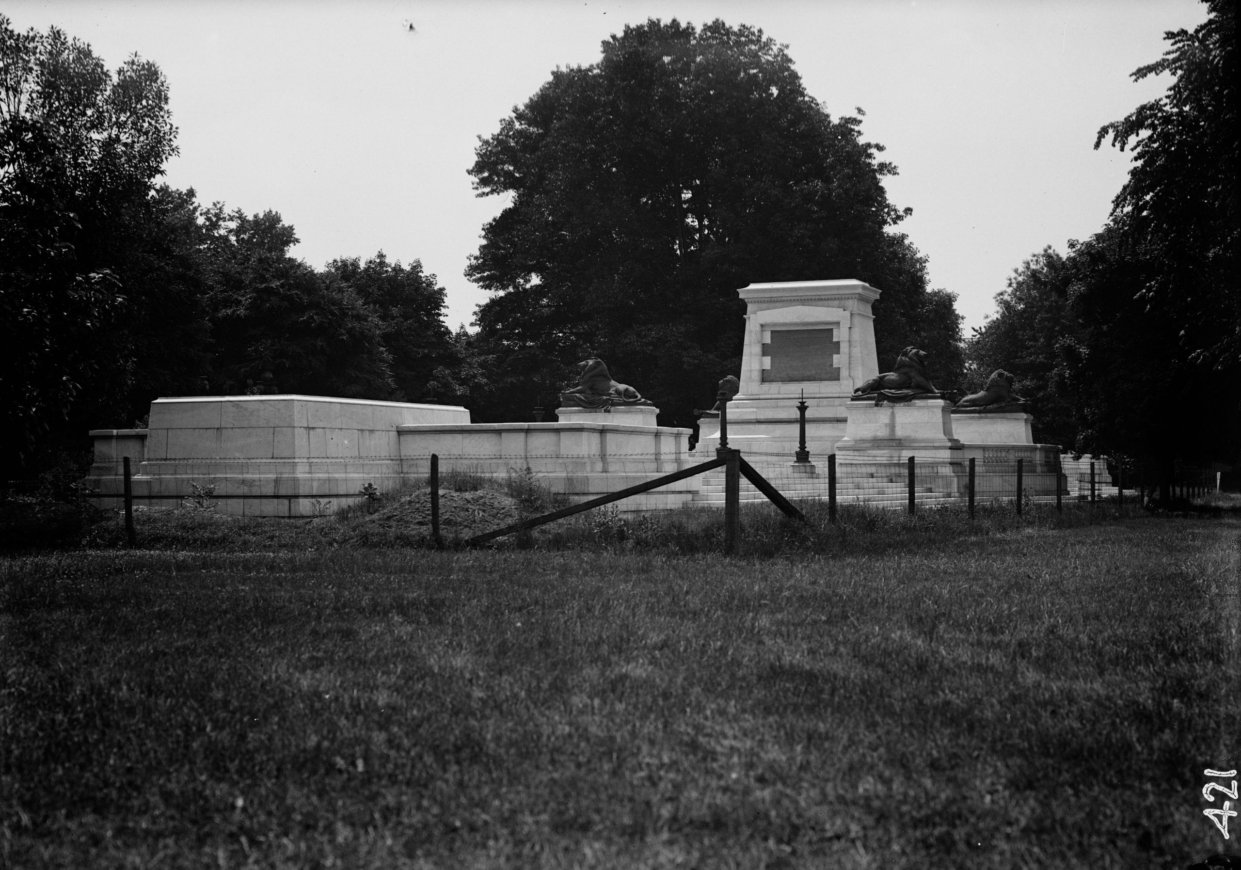 Grant memorial surrounded by fence in 1911